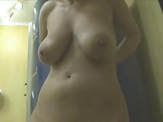 Скрытая камера сняла обнаженную грудастую девку