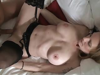 Горячий секс с биксой в черных чулочках онлайн