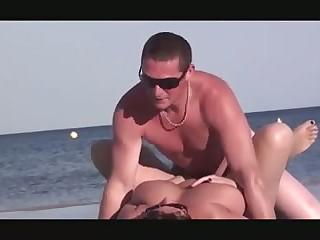 Бесстыжие нудисты во всю трахаются на пляже