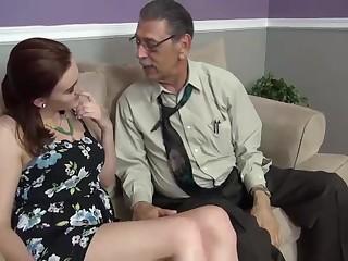 Озабоченный дядища нагнул на карачках 08 летнюю девку, насмотревшись на её красивые сиськи