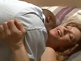Чёрный ухажер так нагло лезет целоваться и трахаться к своей белой партнёрше