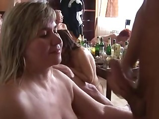 Домашнее групповое порно видео вместе с пьяных посиделок со старухами