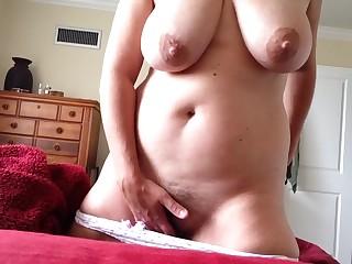 Видео девушки мастурбируют приспустив трусы