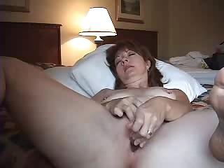 Новая неваляшка доставляет женщине приятных ощущений на постели