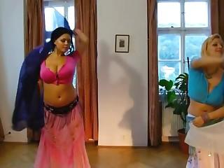 Домашнее порно двум женское сословие не без; обнаженными большими сиськами исполнили танец