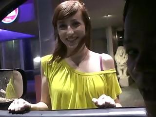 Молодой пикапер снимает частное порно  со рыжей бестией