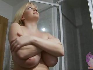 Голая сисястая Sophie Mei принимает тёплый душ