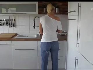 Немце снимает домашнее порно со своей женой во джинсах