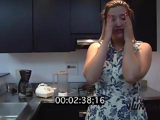 Жена снимает свой семейный пялево на кухне от супругом