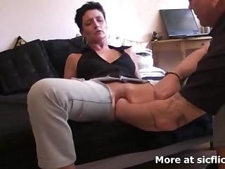 Муж балует жену глубоким фистингом нате кровати