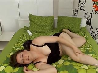 Зрелые сочные матюрки кайфово мастурбируют пизду, раздвинув ноги