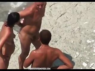извращенец трахнул молодую студентку в трамвае и на пляжу