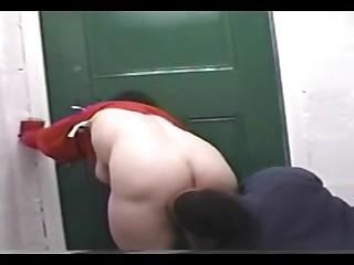 Бесстыжую проститутку выебали во позе сраку недалече дома